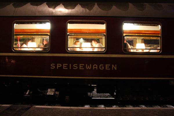 Speisewagen in historischem Zug