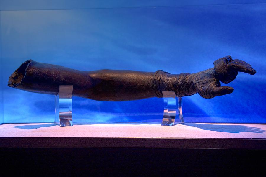 Arm einer Bronzestatue