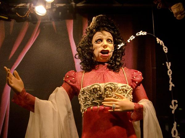 La Revolte des Mannequins: eine der Puppen trällert als Operndiva