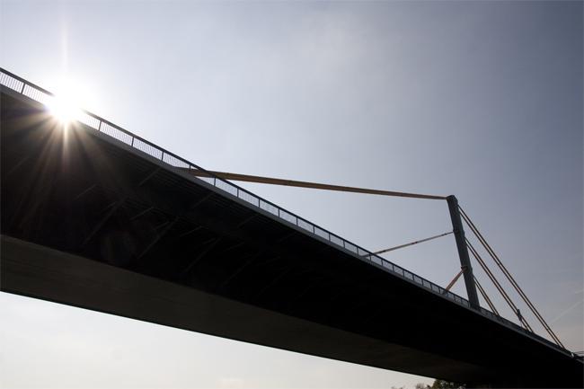 Duisburg hat mehrere hundert Brücken.
