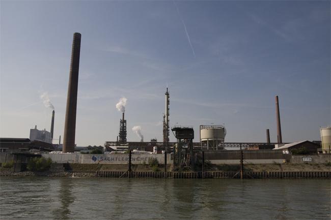 Vor allem Fabriken haben sich direkt am Wasser angesiedelt.