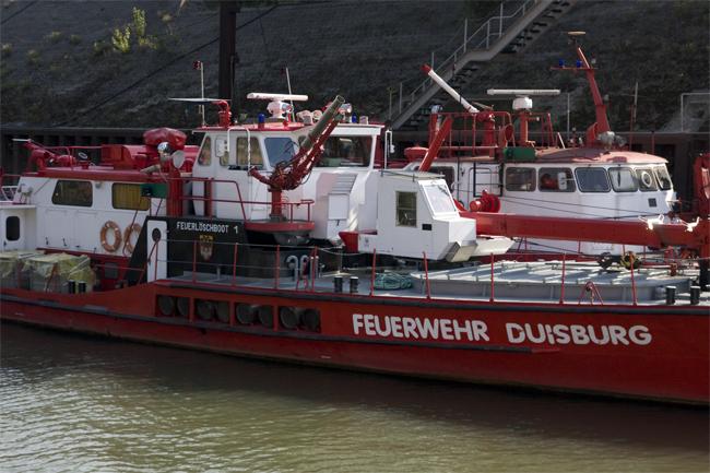 Feuerwehrboot im Duisburger Hafen