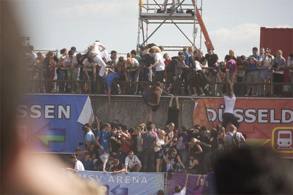 Loveparade 2010 Duisburg: Menschen klettern in Panik die Rampenwände hoch