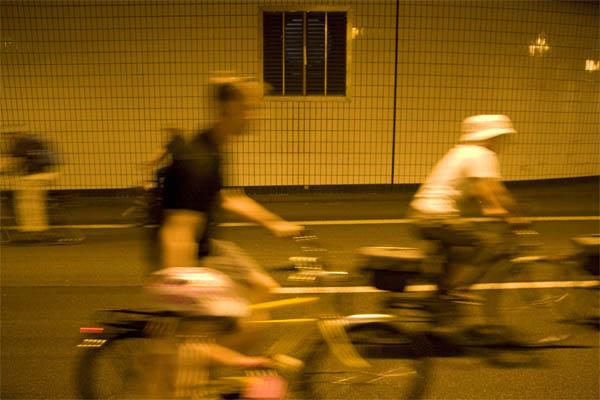 Still-Leben A40: Radfahrer im Autobahntunnel in Essen